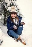 Muchacha en bosque del invierno Foto de archivo
