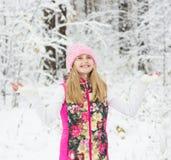 Muchacha en bosque del invierno que disfruta de las nevadas Fotografía de archivo libre de regalías