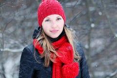 Muchacha en bosque nevoso del invierno Imagen de archivo libre de regalías