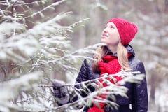 Muchacha en bosque nevoso del invierno Fotos de archivo