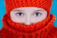 Muchacha en bufanda y sombrero anaranjados Fotografía de archivo