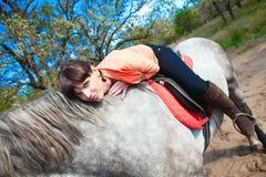 Muchacha en caballo en bosque del verano en fondo Imagen de archivo