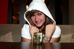 Muchacha en café con la bebida caliente fotos de archivo libres de regalías