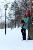 Muchacha en calle del invierno Imagenes de archivo