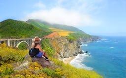 Muchacha en caminar viaje que goza de las montañas hermosas del verano, paisaje costero, Imagen de archivo libre de regalías