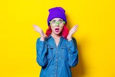 Muchacha en camisa azul, sombrero púrpura y vidrios verdes Imagen de archivo libre de regalías