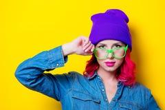Muchacha en camisa azul, sombrero púrpura y vidrios verdes Imágenes de archivo libres de regalías