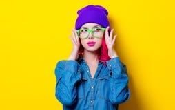 Muchacha en camisa azul, sombrero púrpura y vidrios verdes Imagen de archivo
