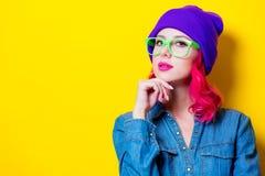 Muchacha en camisa azul, sombrero púrpura y vidrios verdes Fotos de archivo