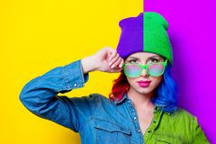 Muchacha en camisa azul, sombrero púrpura y vidrios verdes Fotografía de archivo libre de regalías