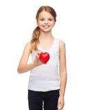 Muchacha en camisa blanca en blanco con el pequeño corazón rojo Fotografía de archivo libre de regalías