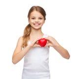 Muchacha en camisa blanca en blanco con el pequeño corazón rojo Imagenes de archivo