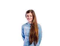 Muchacha en camisa del dril de algodón, mujer hermosa joven, tiro del estudio Fotos de archivo libres de regalías