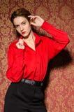 Muchacha en camisa masculina roja. En interior retro imagenes de archivo