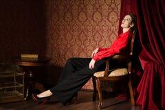 Muchacha en camisa masculina roja. En interior retro imagen de archivo libre de regalías