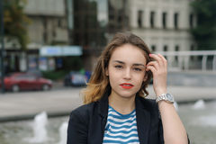 Muchacha en camisa rayada en la ciudad Imagenes de archivo