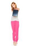 Muchacha en camisa y pantalones con la tableta Fotografía de archivo libre de regalías