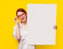 Muchacha en camisa y vidrios con el tablero blanco Imágenes de archivo libres de regalías