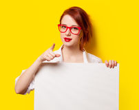 Muchacha en camisa y vidrios con el tablero blanco Imagen de archivo