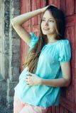 Muchacha en camiseta azul y pantalones rosados Imágenes de archivo libres de regalías