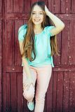 Muchacha en camiseta azul y pantalones rosados Foto de archivo
