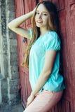 Muchacha en camiseta azul y pantalones rosados Fotos de archivo libres de regalías