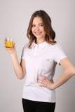 Muchacha en camiseta con el vidrio de jugo Cierre para arriba Fondo blanco Fotos de archivo libres de regalías