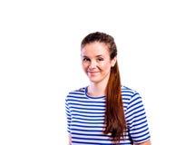 Muchacha en camiseta rayada, mujer hermosa joven, tiro del estudio Imágenes de archivo libres de regalías