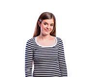 Muchacha en camiseta rayada, mujer hermosa joven, tiro del estudio Imagen de archivo