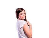 Muchacha en camiseta rayada, mujer hermosa joven, tiro del estudio Fotografía de archivo