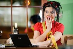 Muchacha en camiseta roja con el cuaderno Imagenes de archivo