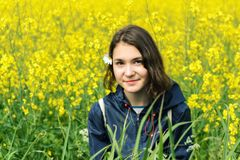 Muchacha en campo amarillo Imagenes de archivo