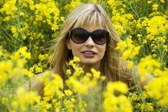 Muchacha en campo amarillo Foto de archivo