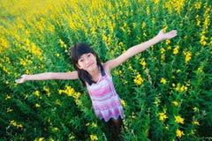 Muchacha en campo de flores Fotos de archivo libres de regalías
