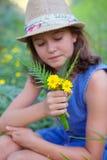 Muchacha en campo de flores salvajes Fotografía de archivo