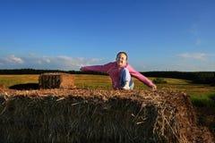 Muchacha en campo de grano Foto de archivo libre de regalías