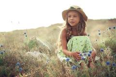 Muchacha en campo de la primavera imagen de archivo libre de regalías