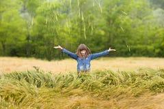 Muchacha en campo de trigo Imagenes de archivo