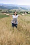 Muchacha en campo de trigo de Toscana Fotos de archivo libres de regalías