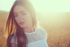 Muchacha en campo del amarillo del verano sobre el sol Imagen de archivo libre de regalías