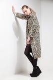 Muchacha en capa del estampado leopardo Foto de archivo