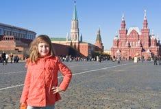 Muchacha en capa roja en Plaza Roja en Moscú Fotografía de archivo libre de regalías