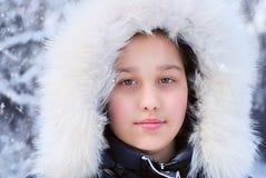 Muchacha en capilla de la piel del invierno Foto de archivo libre de regalías