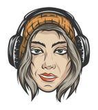 Muchacha en casquillo y auriculares hechos punto del invierno Imagen de archivo