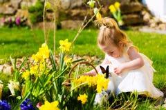Muchacha en caza del huevo de Pascua con los huevos Fotos de archivo libres de regalías