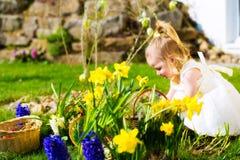 Muchacha en caza del huevo de Pascua con los huevos Imagenes de archivo