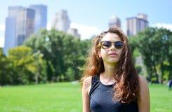 Muchacha en Central Park, Nueva York Imagen de archivo libre de regalías