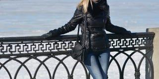 Muchacha en chaqueta de cuero negra Fotografía de archivo libre de regalías