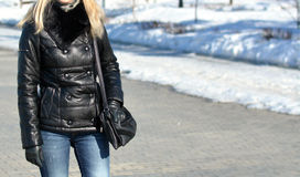 Muchacha en chaqueta de cuero negra Fotos de archivo libres de regalías