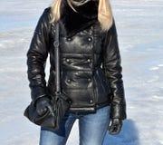 Muchacha en chaqueta de cuero negra Foto de archivo libre de regalías